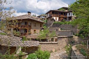 Дома с каменными крышами в д.Ковачевице
