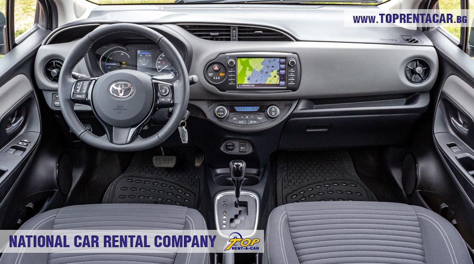 Toyota Yaris Hybrid  - внутри